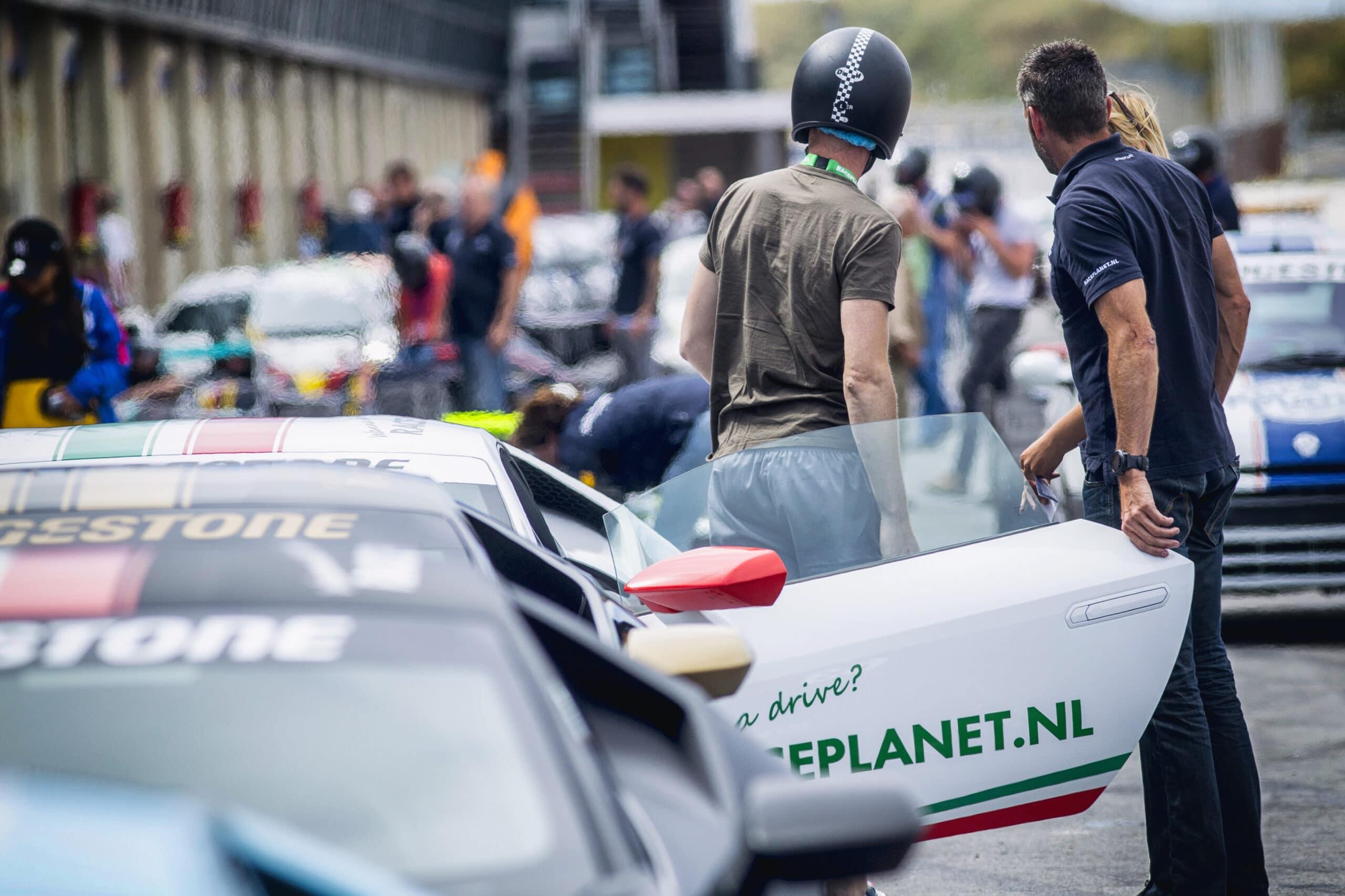Stap maar in bij Race Planet op Circuit Zandvoort en rij in al je droomauto's zoals de witte Lamborghini