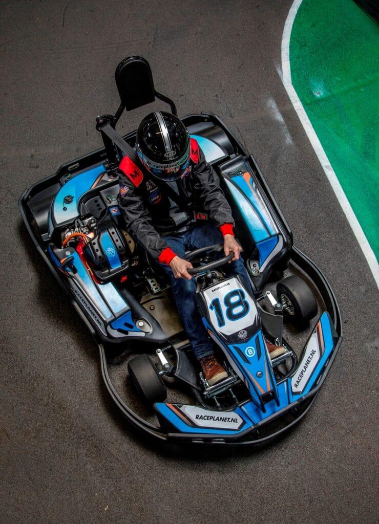 Een Kart bij Bleekemolens Race Planet van boven gezien op de kartbaan in Amsterdam en Delft met een coureur.