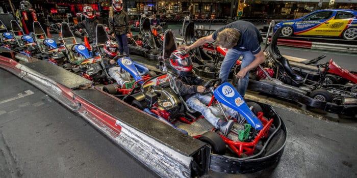 Kind krijgt de laatste instructies voor hij over de kartbaan van Race Planet in Amsterdam en Delft gaat racen in de kinderheat.
