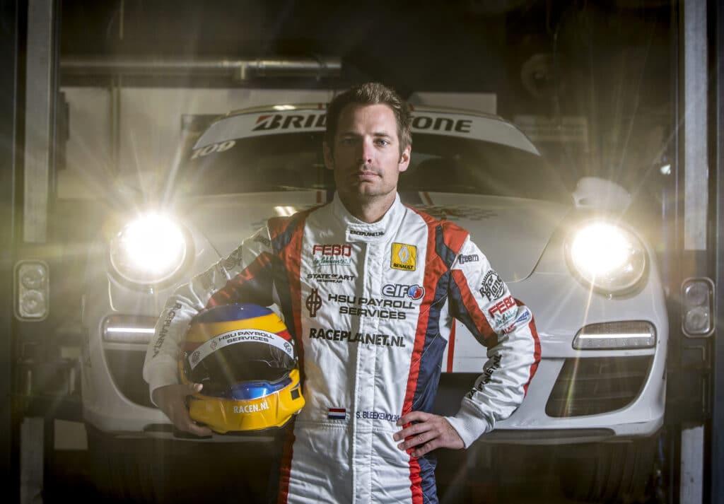 Coureur Sebastiaan Bleekemolen voor een Porsche 911 raceauto van Race Planet op Circuit Zandvoort.