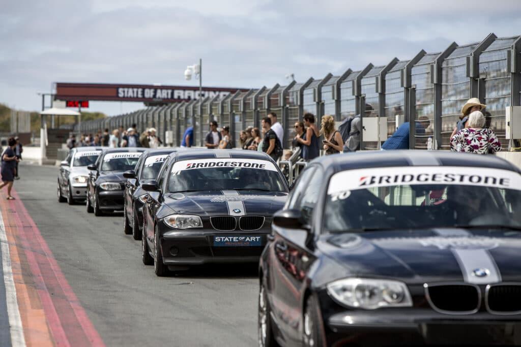 Pitstraat van Circuit Zandvoort met handgeschakelde BMW 1-series.
