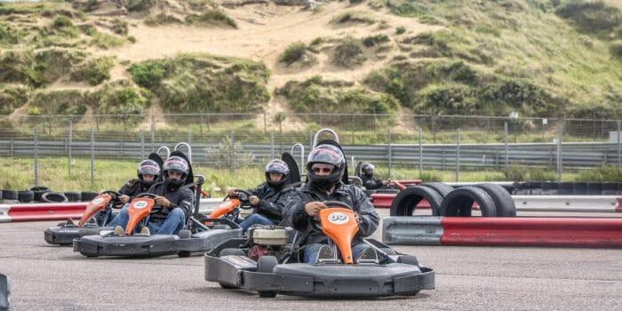 Outdoor Race Planet karts racen voor de overwinning in de kartcompetitie op Circuit Zandvoort tijdens een Race Experience van Race Planet.