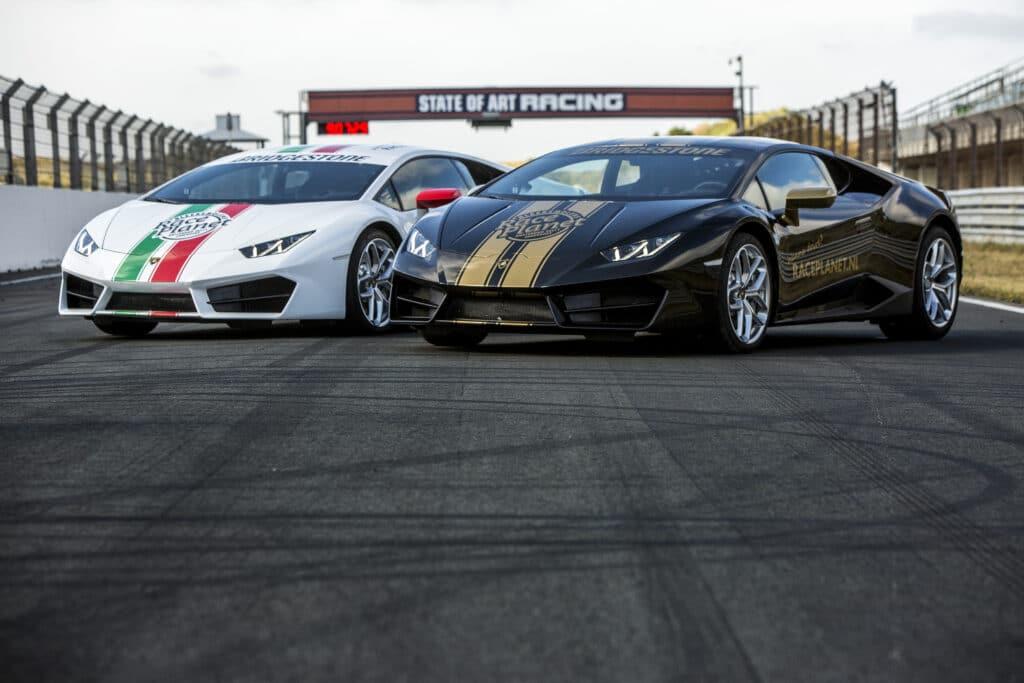 Witte en zwarte Lamborghini Huracans op het rechte stuk van Circuit Zandvoort.