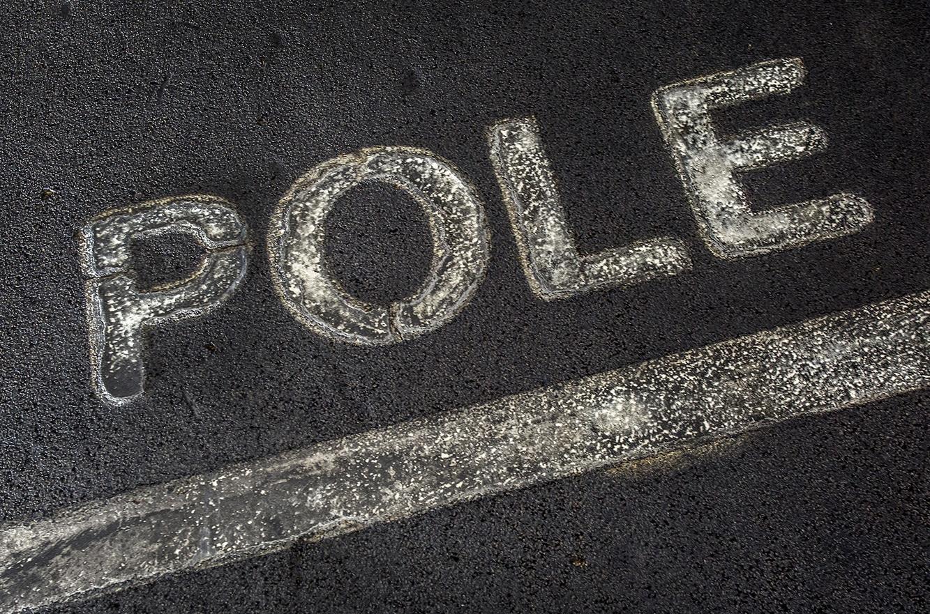 Pole Position tekst op het asfalt van het circuit voor de eerste startplek.