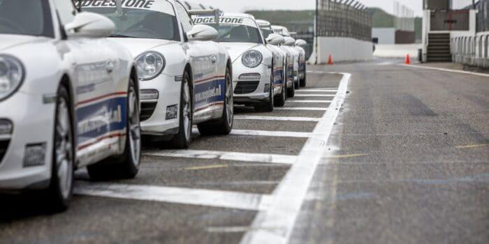 Porsche 911's staan klaar voor de Porsche VIP Experience van Race Planet in de pitstraat op Circuit Zandvoort.