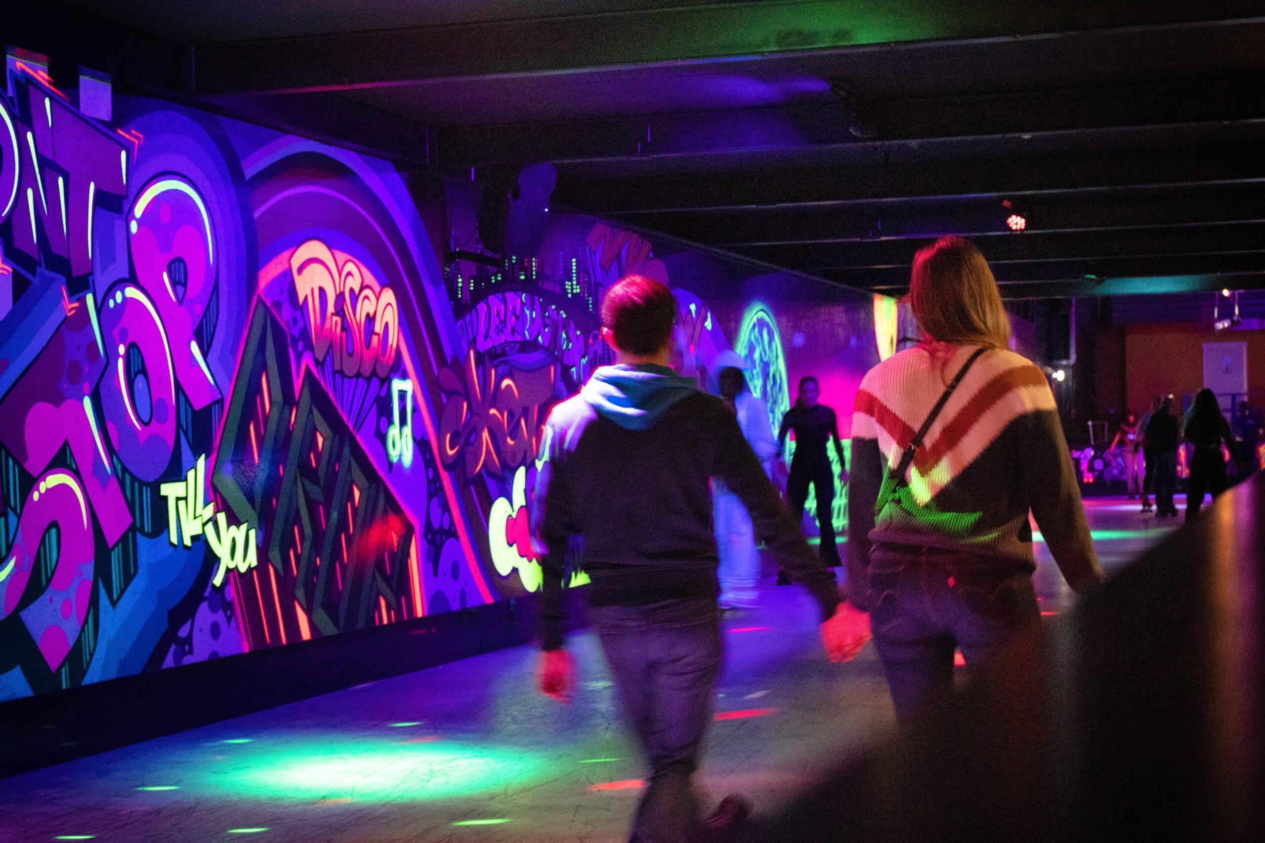 Koppel is aan het rolschaatsen op de rolschaatsbaan van Roller Planet Amsterdam.