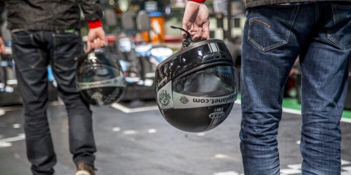 Coureurs met helmen bij Bleekemolens Race Planet klaar om te gaan racen op de kartbaan.