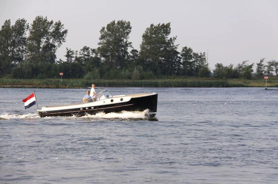 Race Planet sloep tijdens een relatie-event op het water.