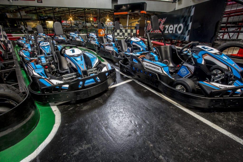 Karts staan klaar in de pitstraat bij Race Planet Amsterdam en Delft voor een kartheat.
