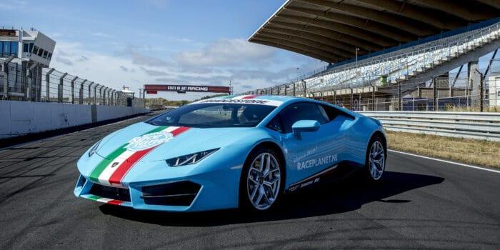 Blauwe Lamborghini Huracan van Race Planet op het rechte stuk in Zandvoort