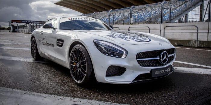 De machtige Mercedes-AMG GT staat klaar om te vertrekken